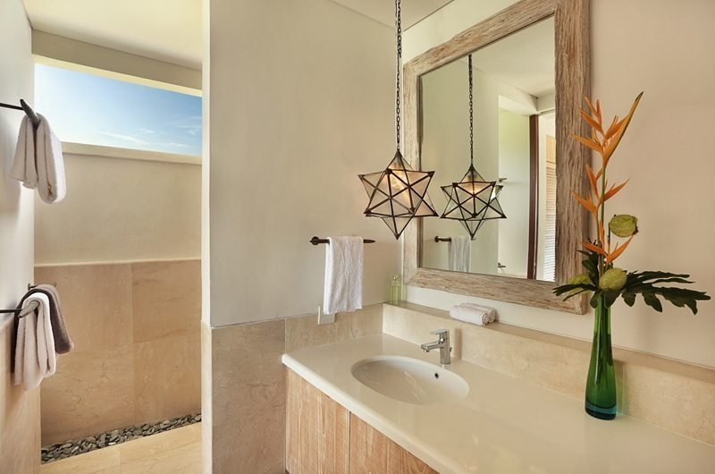 Bathroom with Mirror - 353 Degrees North - Nusa Lembongan, Bali