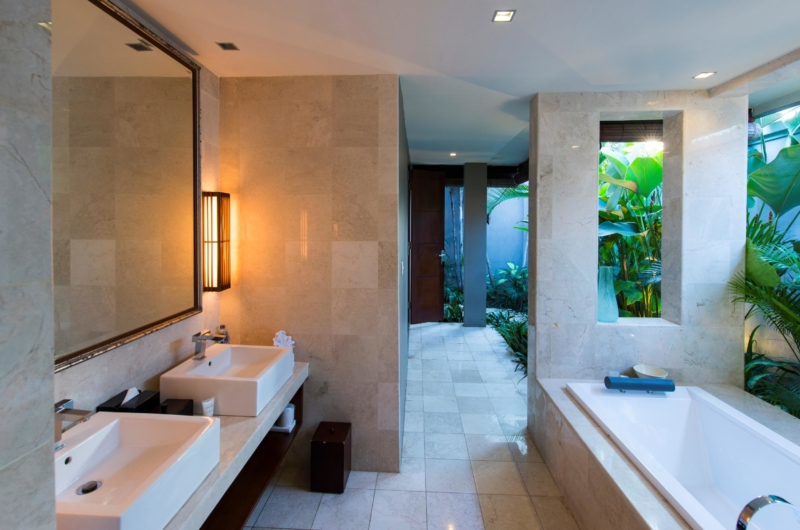 His and Hers Bathroom with Bathtub - Akara Villas 8 - Seminyak, Bali