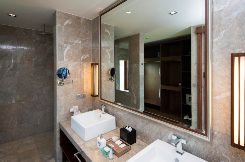 His and Hers Bathroom with Mirror - Akara Villas M - Seminyak, Bali