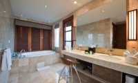 His and Hers Bathroom with Bathtub - Akara Villas - Seminyak, Bali