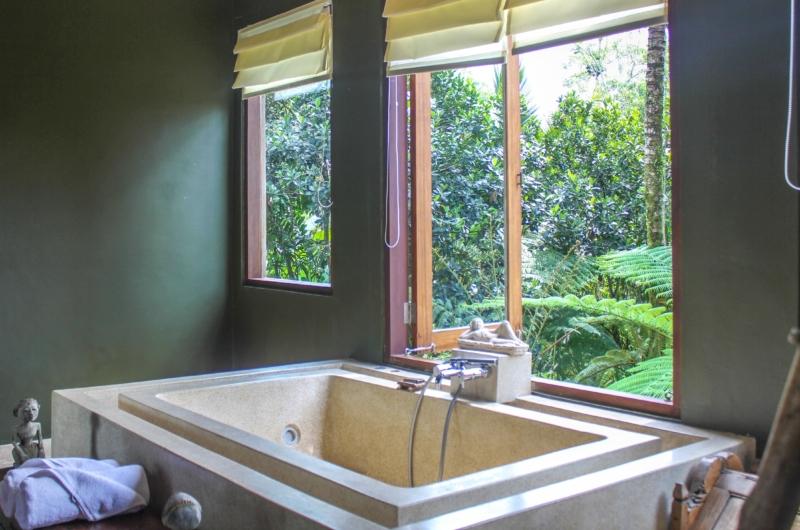 En-Suite Bathtub - Atas Awan Villa - Ubud, Bali