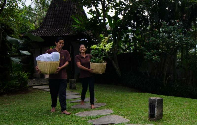 Entrance with Staff - Atas Awan Villa - Ubud, Bali