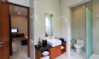 Bedroom and En-Suite Bathroom - Bale Gede Villas - Batubelig, Bali