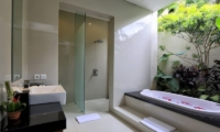 Bathroom with Bathtub - Bale Gede Villas - Batubelig, Bali