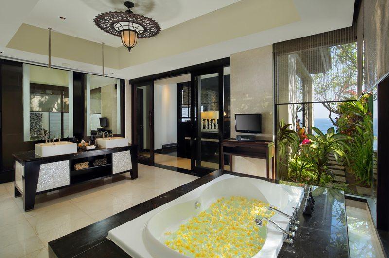 Romantic Bathtub Set Up - Banyan Tree Ungasan - Ungasan, Bali