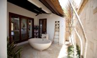 Semi Open Bathtub - Batu Karang Lembongan Resort - Nusa Lembongan, Bali