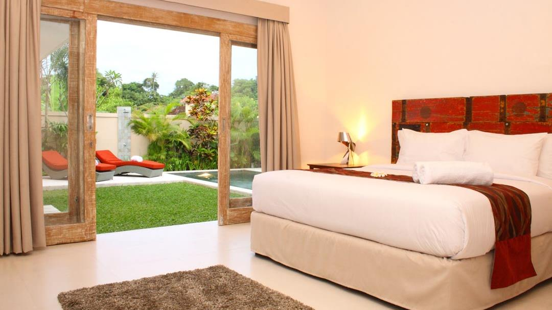 Bedroom with Pool View - Briana Villa - Batubelig, Bali