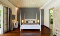 Bedroom with Wooden Floor - Casa Cinta 2 - Batubelig, Bali