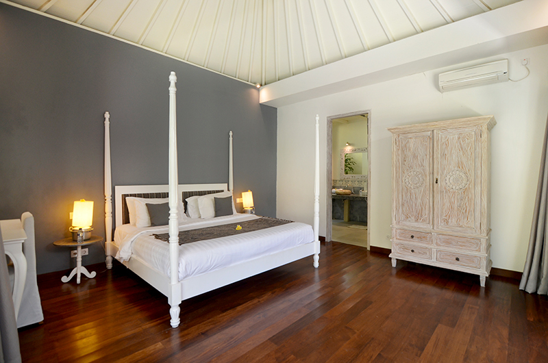 Bedroom and Bathroom - Casa Cinta 2 - Batubelig, Bali