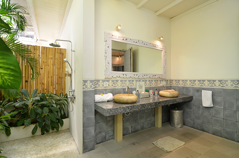 His and Hers Bathroom with Mirror - Casa Cinta 2 - Batubelig, Bali