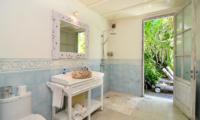 Bathroom with Mirror - Casa Cinta 2 - Batubelig, Bali