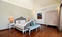 Bedroom with Seating Area - Casa Cinta 2 - Batubelig, Bali