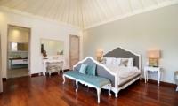 Bedroom with Mirror - Casa Cinta 2 - Batubelig, Bali