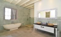 His and Hers Bathroom with Bathtub - Casa Cinta 2 - Batubelig, Bali