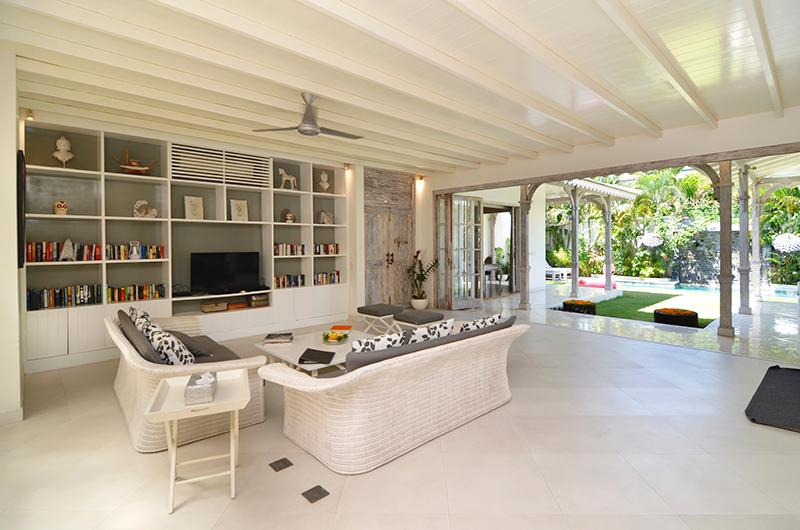Living Area with TV - Casa Cinta 2 - Batubelig, Bali