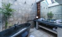 Bathroom with Bathtub - Casa Hannah - Seminyak, Bali