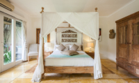 Bedroom with Four Poster Bed and Mosquito Net - Casa Lucas - Seminyak, Bali