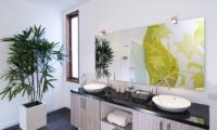 Bathroom with Mirror - Casa Cinta 1 - Batubelig, Bali