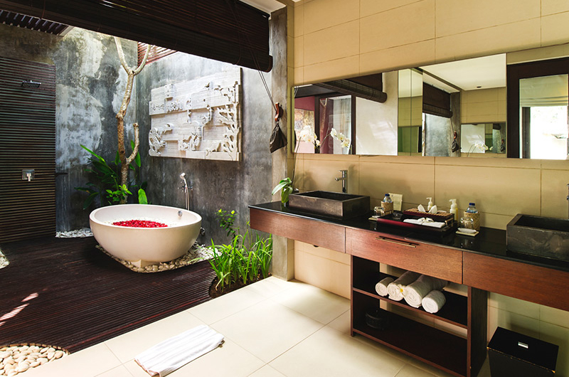 Bathtub with Rose Petals - Chandra Villas 7 - Seminyak, Bali