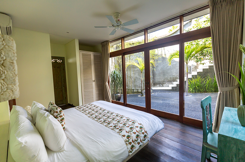 King Size Bed with Wooden Floor - Hidden Hills Villas Villa Raja - Uluwatu, Bali