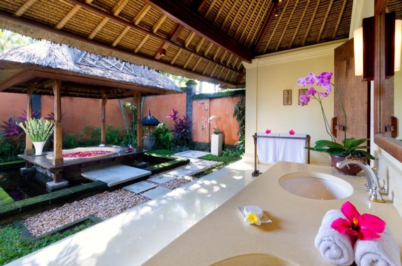 En-Suite Bathroom with Bathtub - Impiana Cemagi - Seseh, Bali