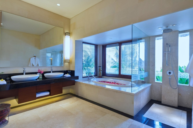 En-Suite Bathroom with Bathtub - Kaba Kaba Estate - Tabanan, Bali