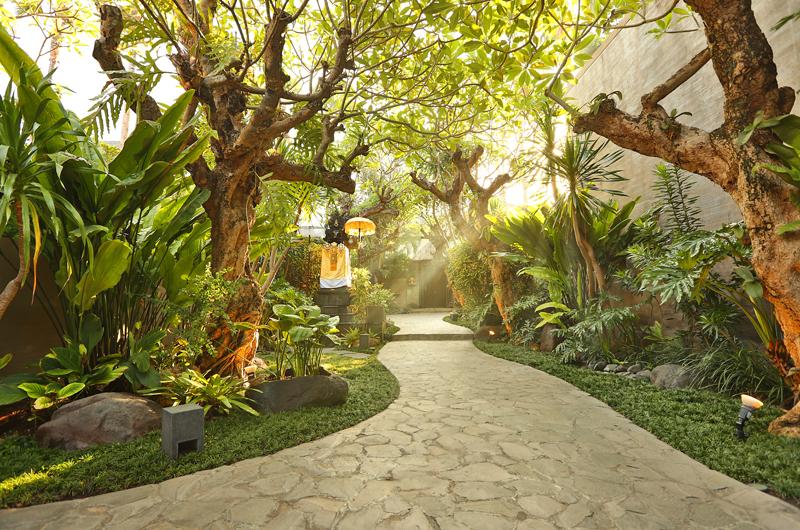 Pathway to the Villa - Le Jardin Villas - Seminyak, Bali