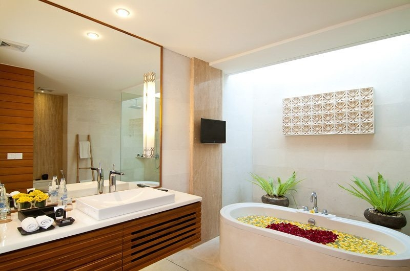 Bathroom with Bathtub - Maca Villas - Seminyak, Bali