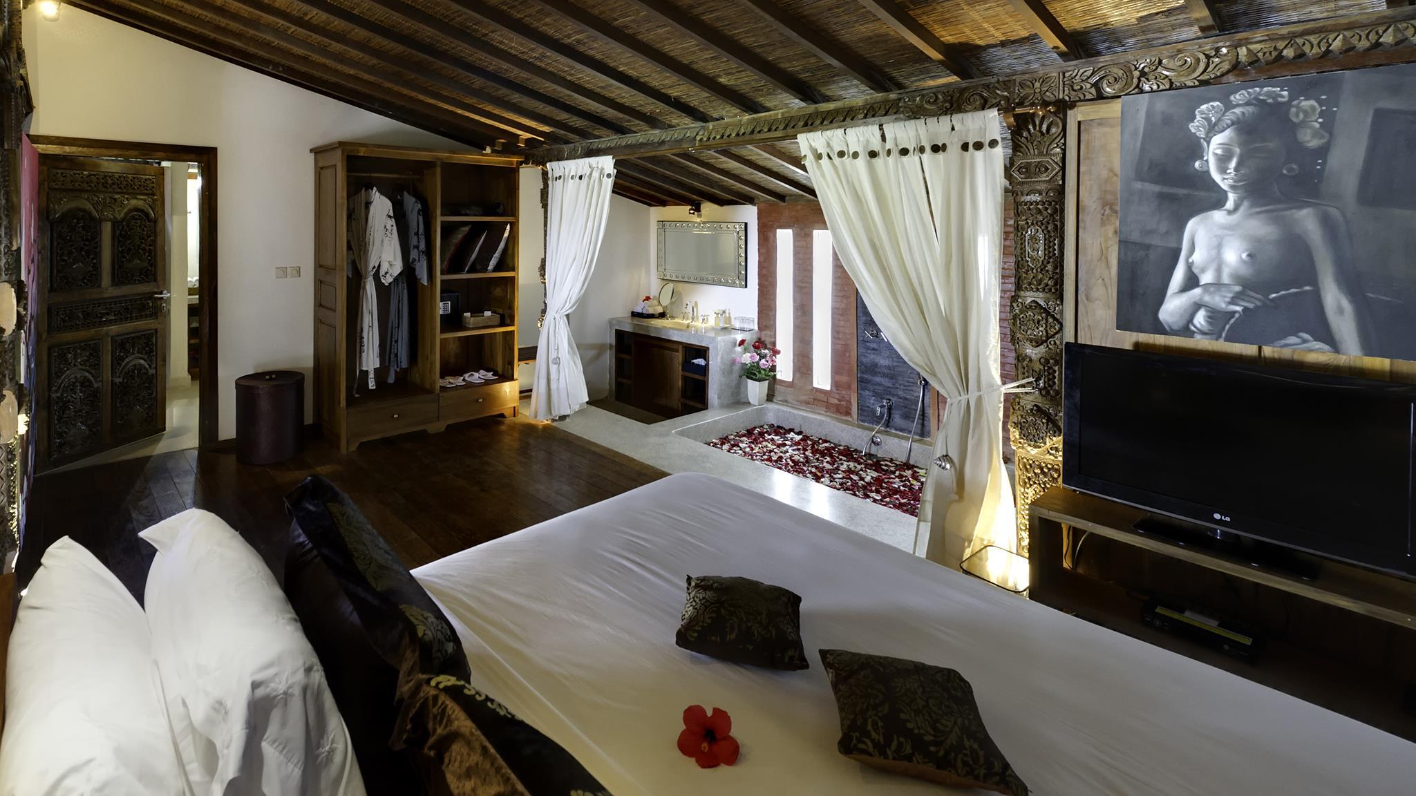 Bedroom and En-Suite Bathroom with Bathtub - Majapahit Beach Villas - Sanur, Bali
