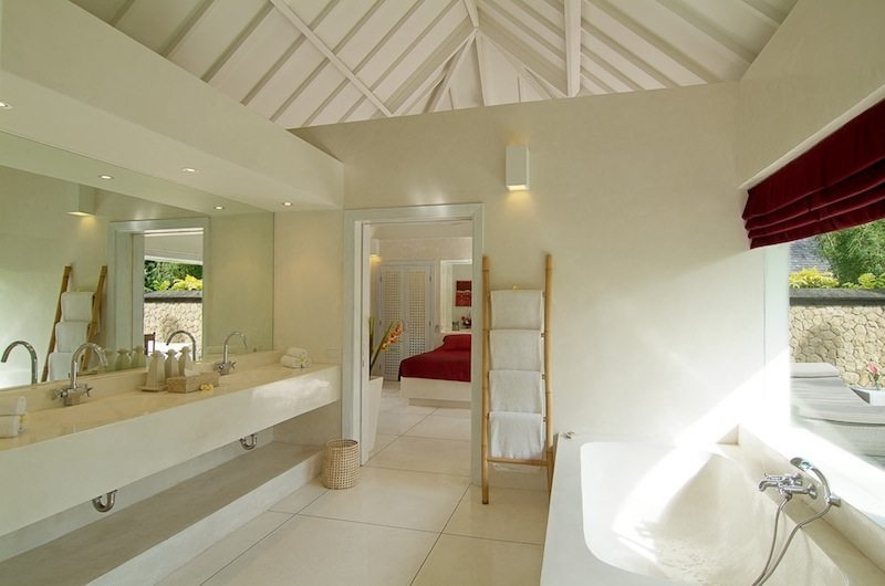 Bathroom with Bathtub - Matahari Villa - Seseh, Bali