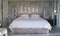 Bedroom with Wooden Floor - Morabito Art Villa - Canggu, Bali