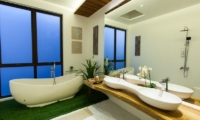 En-Suite Bathroom with Bathtub - Nazeki Villa - Uluwatu, Bali