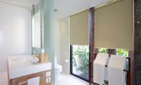 En-Suite Bathroom with Mirror - Opera Villa - Nusa Lembongan, Bali