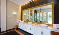Common Bathroom with Mirror - Puri Nirwana - Gianyar, Bali