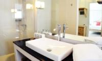 Bathroom with Mirror - Santai Villa - Batubelig, Bali