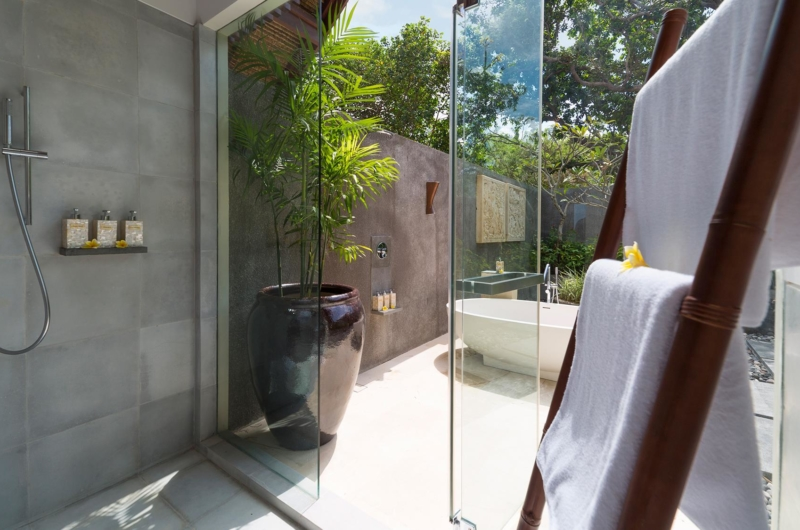 En-Suite Bathroom with Bathtub - Seseh Beach Villa 1 - Seseh, Bali
