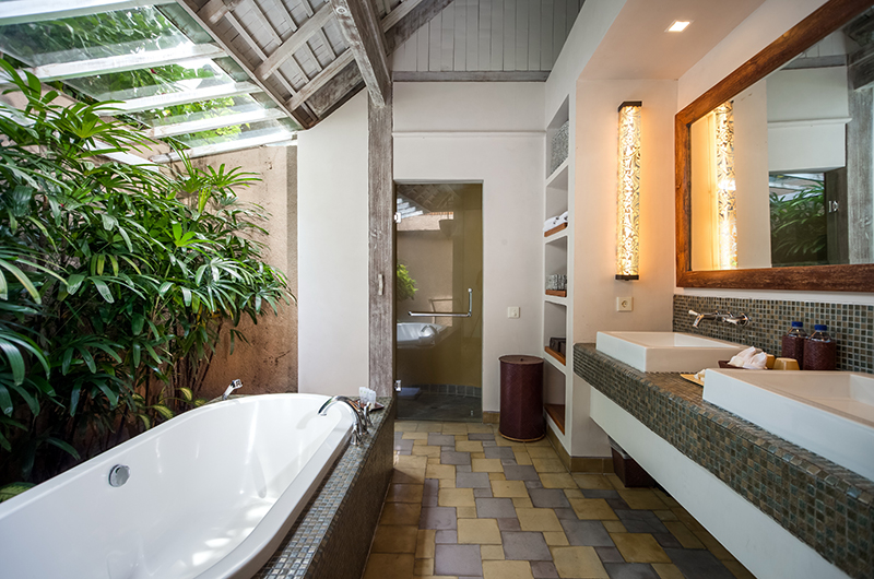 Bathroom with Bathtub - Space At Bali - Seminyak, Bali