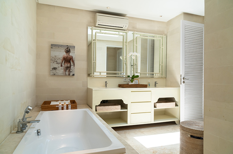 Bathroom with Bathtub - The Cotton House - Seminyak, Bali