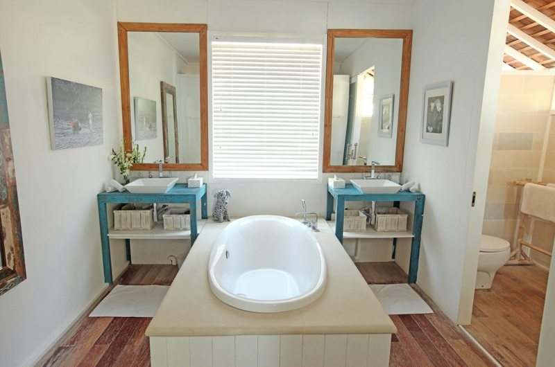 His and Hers Bathroom with Bathtub - The Beach Shack - Nusa Lembongan, Bali