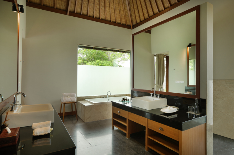 En-Suite Bathroom with Bathtub - The Shanti Residence - Nusa Dua, Bali