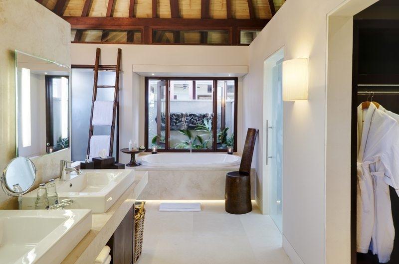 His and Hers Bathroom with Bathtub - The Ungasan Clifftop Resort Chintamani - Uluwatu, Bali