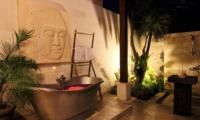 Outdoor Bathtub with Rose Petals - Umah Di Sawah - Canggu, Bali