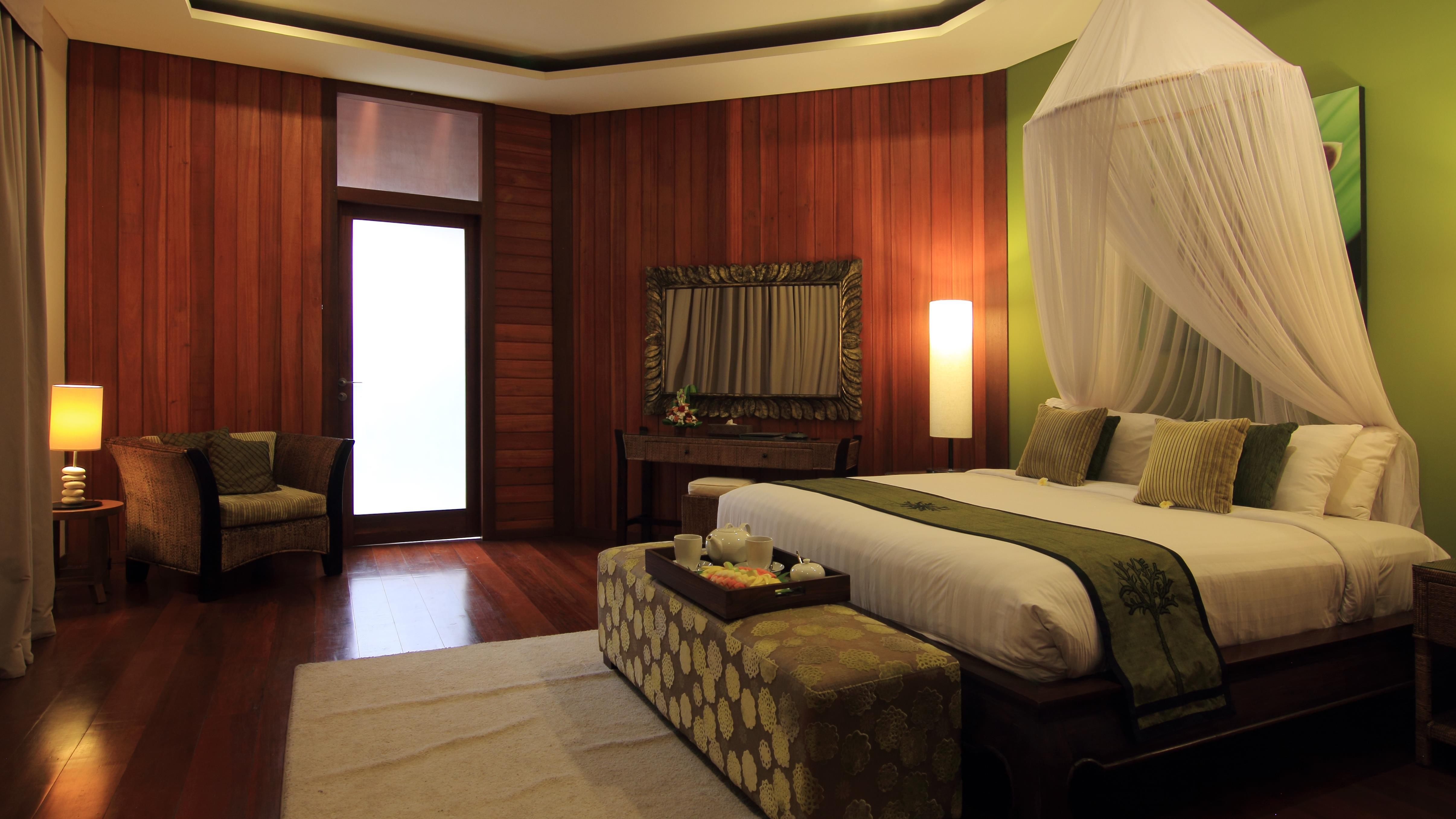 Bedroom with Seating Area and Wooden Floor - Umah Di Sawah - Canggu, Bali
