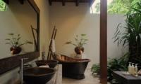 En-Suite Bathroom with Bathtub - Umah Di Sawah - Canggu, Bali