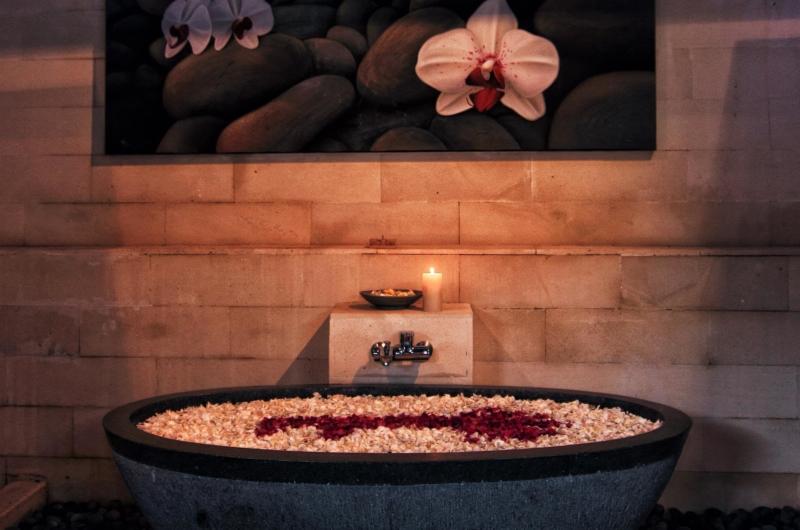 Bathtub with Petals - Umah Di Sawah - Canggu, Bali