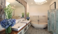 His and Hers Bathroom with Bathtub - Umah Di Desa - Batubelig, Bali