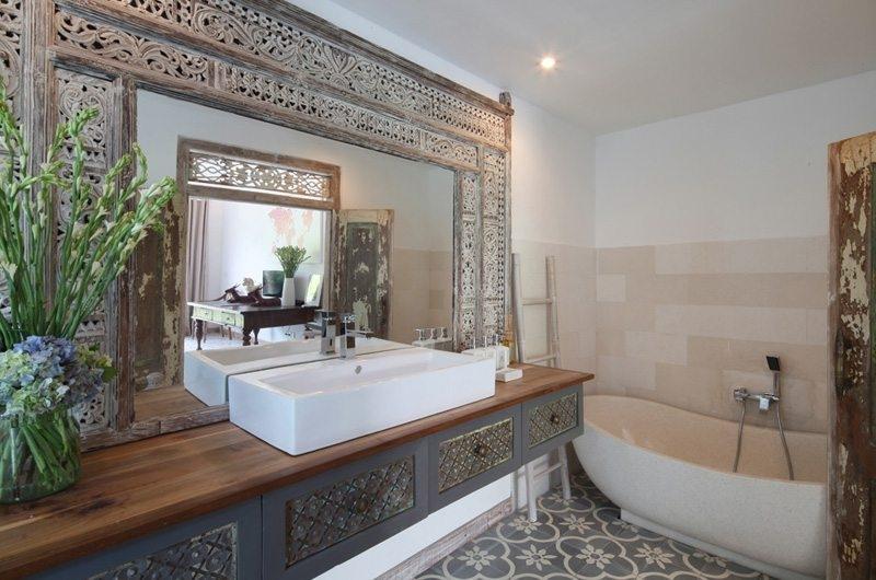 Bathroom with Bathtub - Umah Di Desa - Batubelig, Bali