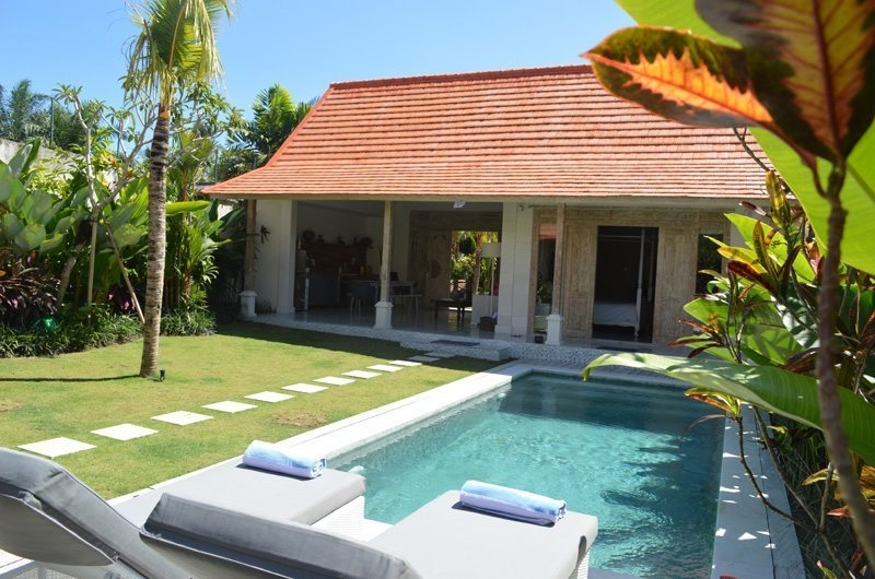 Reclining Sun Loungers - Umah Di Desa - Batubelig, Bali