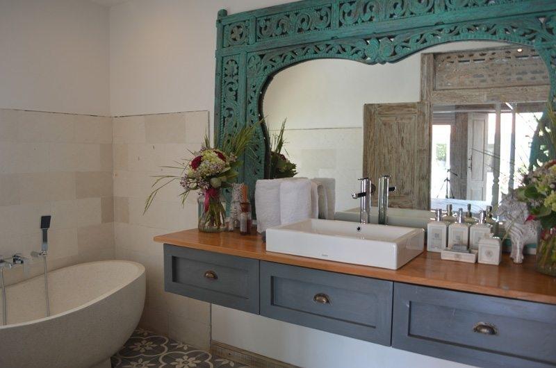 Bathroom with Mirror - Umah Di Desa - Batubelig, Bali