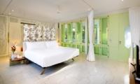 Bedroom with TV - Villa 1880 - Batubelig, Bali